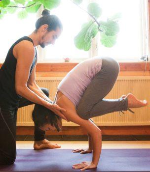Bild på yogainstruktion med lärare och elev